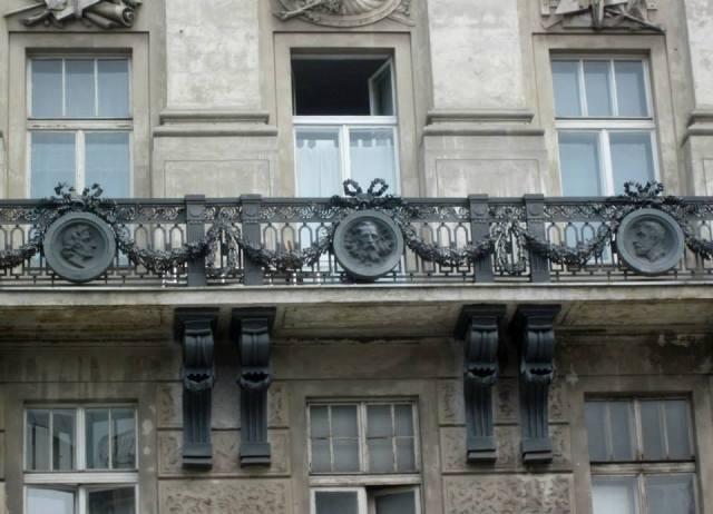 Medaliony na fasadzie zaprojektował Teofil Godecki.