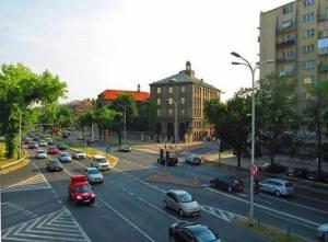 Skrzyżowanie ulic Bartyckiej, Czerniakowskiej i Nowosieleckiej (w głębi).