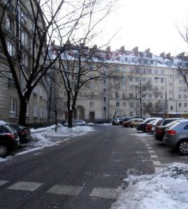 Ulica Służewska. Pierwsza ulica, której nawierzchnia w całości została pokryta asfaltem. Obecnie wyłożona kostką. Taki ironiczny uśmiech historii