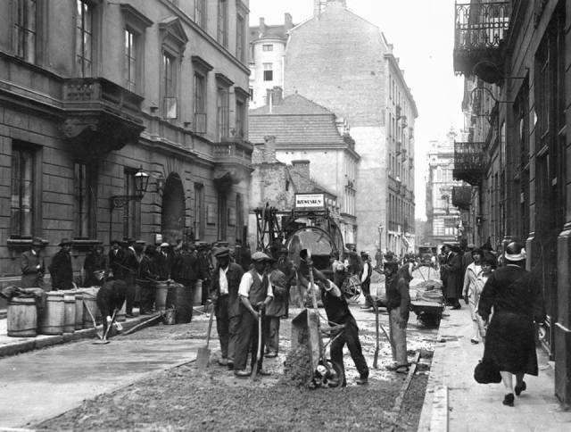 Asfaltowanie Chmielnej w roku 1926.