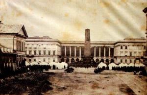 Żołnierze rosyjscy obozują na placach Warszawy w czasie stanu wojennego.