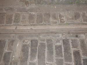 Drewniany bruk w bramie kamienicy przy Próżnej 12.