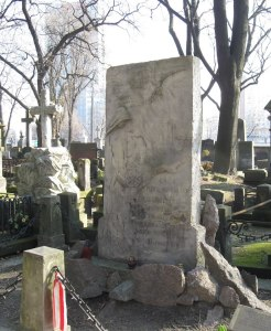 Grób Pięciu Poległych na Cmentarzu Powązkowskim był jednym z najważniejszych miejsc pamięci narodowej. Mimo, że zaborca nie pozwolił w żaden sposób oznaczyć miejsca spoczynku zabitych, Warszawiacy pamiętali.
