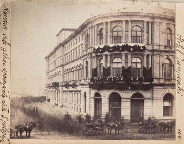 Hotel Europejski, ozdobiony czarnym kirem. W środku spoczywają ciała pięciu zabitych w demonstracji.
