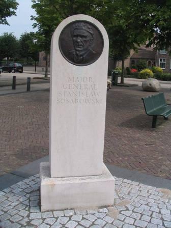 Upamiętnienie generała Sosabowskiego. Pomnik ufundowali brytyjscy spadochroniarze, których odwrót spod Arnhem osłaniali polscy żołnierze.