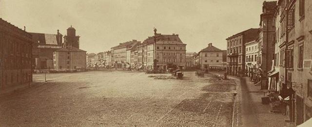 Tak wyglądał Plac Zamkowy, gdy dotarła na niego manifestacja, zmierzająca w kierunku Pałacu Namiestnikowskiego.