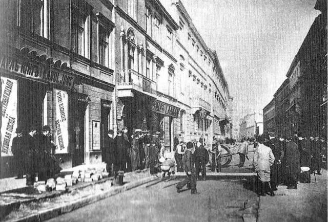 Układanie asfaltu na ulicy Mazowieckiej w roku 1894.
