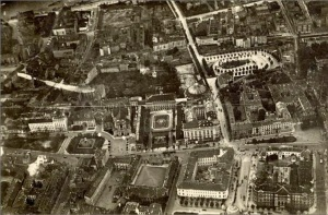 Fragment Warszawy z lotu ptaka - widoczna ulica Karowa i rotunda.