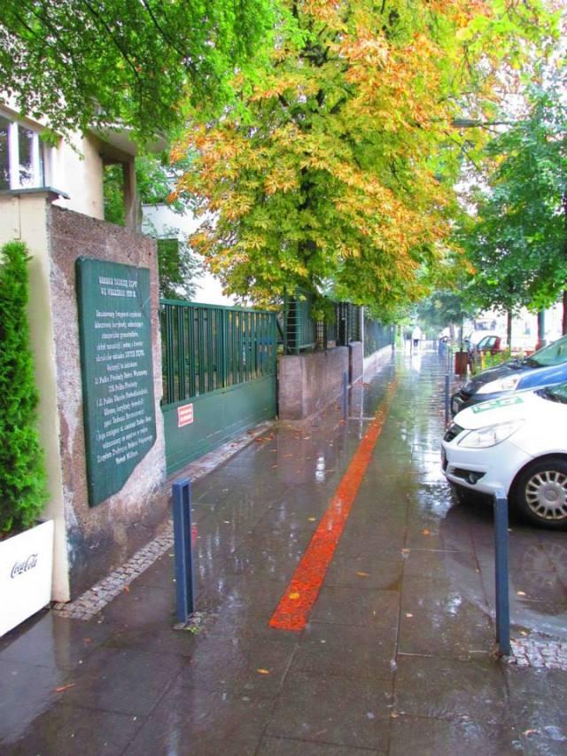 Miejsce w którym przebiegała barykada oznaczono na chodniku.4