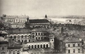 Dachy Krakowskiego Przedmieścia. Na pierwszym planie zabudowania pałacu Uruskich. W głębi widoczna rotunda przy ulicy Karowej.