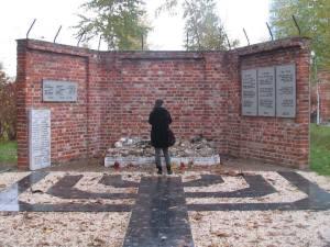 Pomnik nawiązuje do muru, od roku 1940 dzielącego Warszawę na dwie części.