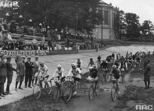 Start do wyścigu kolarskiego Dookoła Polski na Dynasach w Warszawie w roku 1929. Rotunda w tle.