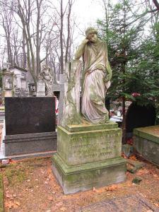 Żałobnica w połowie XIX wieku stanęła na grobie Alexandra Janickiego. Rzeźba została powielona w setkach egzemplarzy i wariantów nie tylko na Starych Powązkach ale również na cmentarzach daleko od Warszawy.