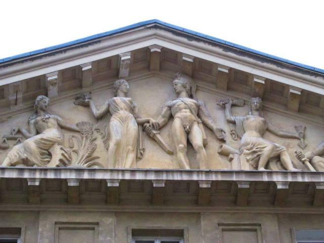 Pałac Zamoyskiego - w tympanonie grupa rzeźbiarska dłuta Pawła Malińskiego, ukazująca Minerwę, Cererę, Merkurego i Jazona, jako symbole odpowiednio - mądrości, rolnictwa, handlu i zamożności.