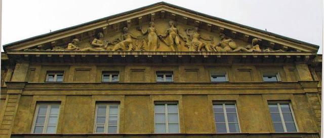Pałac Kazimierzowski - alegoria Nauki i Sztuki w tympanonie.