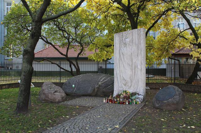 Płocka róg Górczewskiej - Pomnik Szpitala Wolskiego.