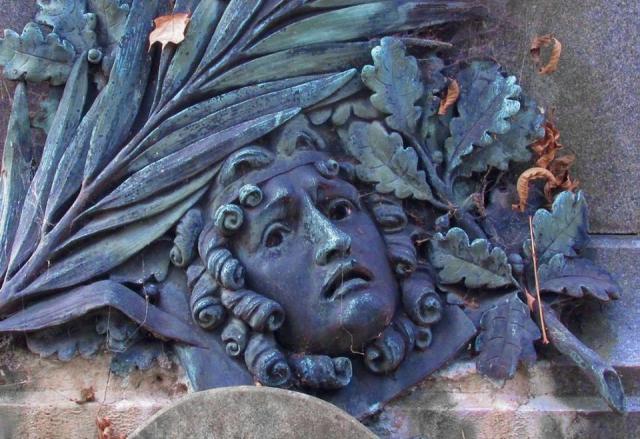 Pomnik Jana Królikowskiego dłuta Bolesława Syrewicza, ustawiony na grobie aktora na Starych Powązkach.