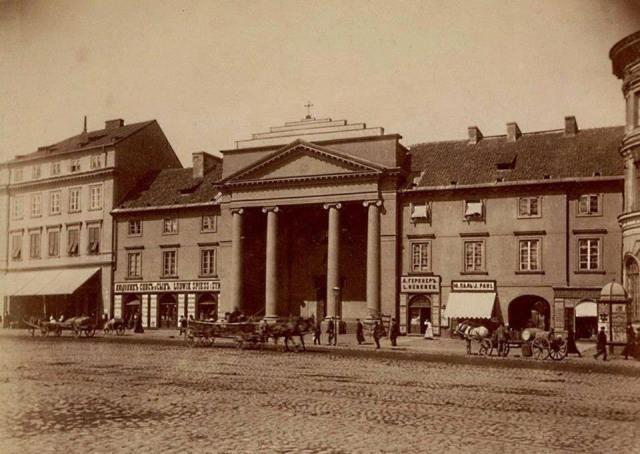 Pomnik planowano ustawić na Placu Teatralnym, przed kościołem.