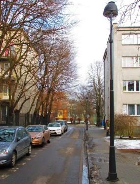 Dziewięciopalnikowe latarnie gazowe instalowano w okresie międzywojennymi. Obecnie repliki takich latarni oświetlają ulicę Jezierskiego na Powiślu. Jest to jedyne miejsce w Warszawie, o którym wiem, oświetlone lampami dziewięciopalnikowymi.