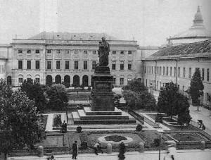 """Pomnik Paskiewicza, z którym musiał """"mierzyć się"""" wieszcz. Pocztówka z początku XX wieku."""