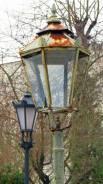 """Oryginalna latarnia gazowa przed kościołem na ulicy Goraszewskiej. W tle - elektryczna """"podróbka"""". Oryginalna latarnia już nie istnieje."""