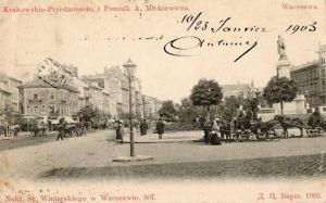Krakowskie Przedmieście z pomnikiem wieszcza.