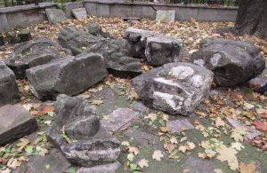 Fragmenty tympanonu z pałacu.