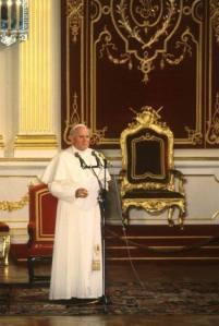 8 czerwca 1987 roku. Jan Paweł II w Sali Senatorskie. W tle - tron królewski.