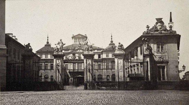Pałac w latach sześćdziesiątych XIX wieku. Foto: Karol Beyer, domena publiczna