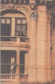 Kamienica narożna, Marszałkowska 130_Moniuszki 12, wzniesiona została w roku 1904 według projektu Stanisława Grochowicza dla rodziny Jankowskich.
