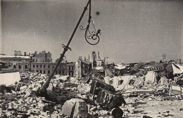 Ruiny pałacu Brühla w 1945 roku, Zbiór otwarty fotografii XX wieku. www.warszawa.ap.gov.pl