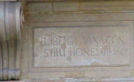 Tablica libertacyjna - ul. Krakowskie Przedmieście 87. Ta kamienica niegdyś Prażmowska libertowana constitutione A.D. 1667