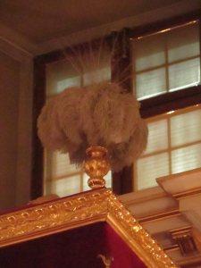 Tron królewski w Sali Senatorskiej Zamku Królewskiego. Jeden z pióropuszy.