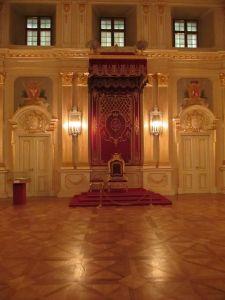 Tron królewski w Sali Senatorskiej Zamku Królewskiego.