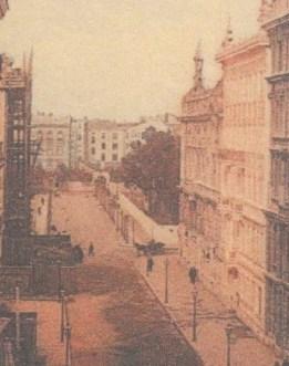 Trzeci budynek w głębi ulicy Moniuszki po prawej, czyli po nieparzystej stronie ulicy Moniuszki, to gmach Filharmonii Narodowej.