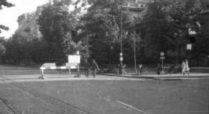 """Siedziba dowódcy SS i policji. Zdjęcie wykonał pochowany w dniu dzisiejszym gen. Stefan Starba Bałuk. Chwilę potem dwaj niemieccy żołnierze odwrócili się aby zobaczyć wycelowany w nich obiektyw. Oczywiście było to zabronione. Rozpoczęli pościg za, wtedy jeszcze, porucznikiem Bałukiem. Na szczęście nie udany. Zajście to zostało opisane w książce """"Byłem Cichociemnych""""."""