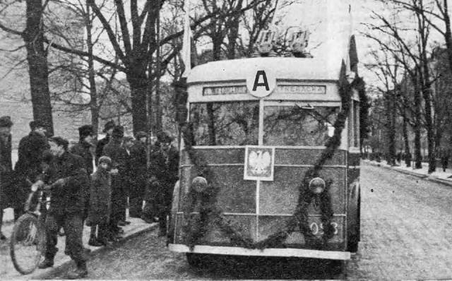 """1 stycznia 1946 na ulice wyjechało 30 trolejbusów przekazane Warszawie przez ZSRR. Otwarcie linii trolejbusowej """"A"""" - Plac Unii Lubelskiej - Trębacka."""