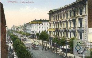 Skrzyżowanie, znane każdemu mieszkańcowi Warszawy. Większość wycieczek spoza stolicy również nie omija tego miejsca. A jednak na prezentowanej pocztówce trudno je rozpoznać. To skrzyżowanie ulicy Marszałkowskiej i Alej Jerozolimskich.