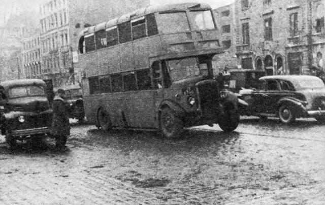 Na początku roku 1946 Londyn obdarował Warszawę dziesięcioma piętrowymi autobusami Leyland.  Przez dwa lata jeździły po stołecznych ulicach.