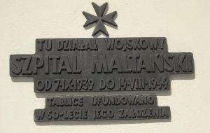 Pałac Mniszchów. W czasie niemieckiej okupacji mieścił się w budynku Szpital Maltański. Tablica pamiątkowa na ścianie budynku.