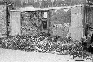 Płaskorzeźba została umieszczona w sierpniu 1946 w Alejach Jerozolimskich na ścianie zrujnowanej kamienicy. FOTO:PAP