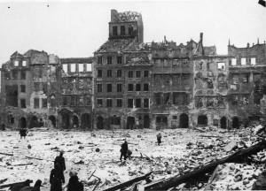 Strona Dekerta po wojnie. Kamienica Falkiewiczowska - pierwsza z prawej