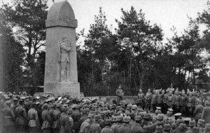 Hans von Beseler odsłania pomnik żołnierzy niemieckich w Modlinie.