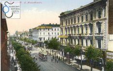 """Kamienica przy prawej krawędzi zdjęcia to kamienica Matiasa Bersona przy Marszałkowskiej 98. Została wzniesiona w latach osiemdziesiątych XIX wieku według projektu Witolda Lanciego. We wrześniu 1939 została zniszczona w wyniku niemieckich bombardowań. Ruiny rozebrano po wojnie. Obecnie w jej miejscu stoi Hotel """"Novotel"""" przez starszych mieszkańców pamiętany jako hotel """"Forum"""". Za nią widać Aleje Jerozolimskie a za Alejami – kamienicę Lothego. Pinkus Lothe wystawił ją w połowie lat sześćdziesiątych XIX wieku na działce, otrzymanej w charakterze rekompensaty za straty, jakie poniósł w czasie budowy linii Kolei Warszawsko-Wiedeńskiej. Kamienica została zniszczona w czasie Powstania Warszawskiego. Budowa Dworca Wiedeńskiego niedaleko od skrzyżowania wymuszała konieczność zapewnienia przyjeżdżającym godziwego miejsca do odpoczynku. Zatem wraz oddaniem do użytku pierwszego odcinka linii kolejowej, co nastąpiło w roku 1845, swoją działalność rozpoczął hotel """"Wiedeński"""". Na pocztówce widoczny jest za kamienicą Lothego. Również nie przetrwał wojny. Kamienica Lothego opatrzona była adresem Marszałkowska 100, a hotel """"Wiedeński"""" – Marszałkowska 102. Obecnie, mniej więcej w ty miejscu gdzie wznosiły się gmachy, stoi znany wszystkim – miejscowym i przyjezdnym – budynek Rotundy. Nie przetrwała również zabudowa, widoczna w głębi ulicy Marszałkowskiej. Jej miejsce zajmują Domy Towarowe """"Centrum""""."""