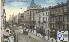 Ulica Marszałkowska na odcinku od Pięknej do Placu Zbawiciela około roku 1910. Kamienice po stronie nieparzystej. Za wylotem Pięknej widoczna, wzniesiona na początku XX wieku, najprawdopodobniej według projektu Józefa Piusa Dziekońskiego, kamienica Marszałkowska 63. (Dom pod Syrenami).