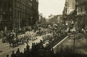 Demonstracja patriotyczna w dniu 3 maja 1916 roku. Zdjęcie: Biblioteka Narodowa. Domena publiczna.