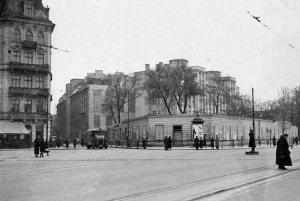 Pałacyk w trakcie rozbiórki. Najprawdopodobniej rok 1936. Źródło:NAC