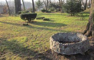 Cmentarz na Kamionku. Obmurowanie studni.