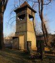 Drewniana, dwukondygnacyjna dzwonnica. W jej wnętrzu znajdują się dwa dzwony. Starszy został odlany w 1772 roku.