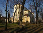 Kościół pod wezwaniem Matki Bożej Zwycięskiej, wzniesiony w latach 1929-31. Autorem projektu jest Konstanty Jakimowicz. Świątynia wzniesiona jako wotum wdzięczności za zwycięstwo w Bitwie Warszawskiej 1920 roku.